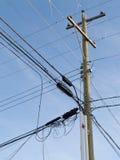 Désordre embrouillant de ligne téléphonique de cable électrique de poteau en bois Images stock