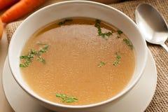 Désossez le bouillon fait à partir du poulet, servi dans une cuvette avec le persil Photo libre de droits