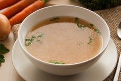 Désossez le bouillon fait à partir du poulet, servi dans une cuvette avec le persil Photos stock
