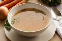 Désossez le bouillon fait à partir du poulet, servi dans une cuvette avec le persil Photos libres de droits