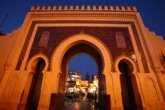 Détail à la nuit la Médina, porte bleue Fez, Maroc images libres de droits