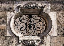 Détail antique d'architecure de mur, gril Image stock