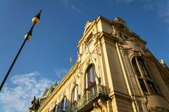Détail architectonique de maison municipale, Art Nouveau, Prague, République Tchèque, jour d'été ensoleillé photographie stock