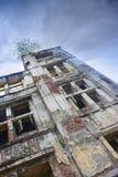 Détail architectural d'angle faible de façade du vieux bâtiment contre le ciel bleu clair Images stock