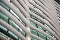 Détail architectural de la façade de construction tubulaire blanche photographie stock libre de droits