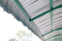 Détail architectural de la toiture en métal sur la construction commerciale Photographie stock libre de droits