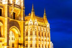 Détail architectural du bâtiment du Parlement hongrois la nuit Budapest, Hongrie image stock