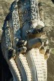 Détail architectural du serpent géant mythologique de Naga au temple antique de Wat Chedi Luang en Chiang Mai, Thaïlande image stock