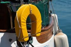 Détail composant de bouée de sauvetage de jaune de bateau à voile en Grèce images stock