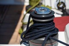 Détail composant de treuil de bateau à voile avec la corde d'entrave en Grèce photo stock