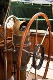 Détail composant de vintage de roue de bateau à voile en Grèce l'heure d'été photographie stock