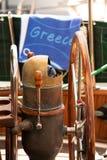 Détail composant de vintage de roue de bateau à voile en Grèce l'heure d'été photos libres de droits