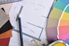 Détail d'établi de décorateur avec le plan à la maison sur le dessus de table en bois photographie stock