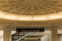 Détail d'accueil au signe de Boston à l'aéroport international de Logan Image libre de droits
