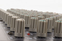 Détail d'ajuster des boutons dans une console de mélange Images libres de droits
