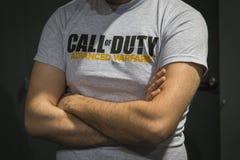 Détail d'appel de T-shirt de devoir à la semaine 2014 de jeux à Milan, Italie Photos libres de droits