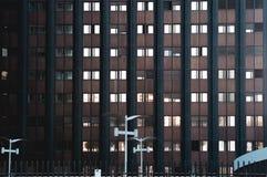 Détail d'architecture d'un bâtiment noir en Roma Eur Photos stock