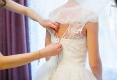 Détail d'attache de la robe de la jeune mariée Photo libre de droits
