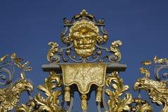 Détail d'or des portes de palais de Hampton Court Image stock