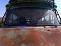 Détail d'embout avant d'un vieil autobus rouillé abandonné avec le capot et le pare-brise Images stock