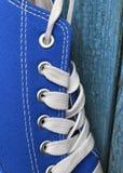 Détail d'espadrille bleue de textile avec les dentelles blanches Photo stock