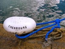 Détail d'extrémité de corde ancré dans la roche de grès pour amarrer des bateaux et des bateaux Photos stock