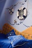 Détail d'intérieur de chambre à coucher dans le bleu Photos stock