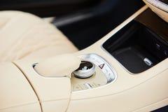Détail d'intérieur moderne de voiture, bâton de vitesse photo stock