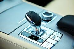 Détail d'intérieur moderne de voiture, bâton de vitesse images stock