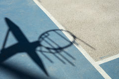 Détail d'ombre de cercle de basket-ball avec le filet de fer Image libre de droits