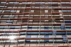 Détail d'un échafaudage sur un chantier de construction de gratte-ciel à Belgrade, Serbie, un après-midi ensoleillé Photos stock