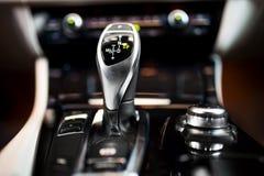 Détail d'un bâton de vitesse automatique dans une nouvelle, moderne voiture image stock