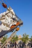 Détail d'un bateau de navigation dans un port entouré par du historique images libres de droits