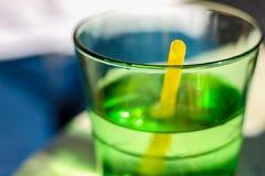 Détail d'un cocktail de vert d'été avec une fraise jaune photo libre de droits