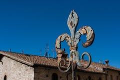 Détail d'un Fleur de lis clôturant Gubbio, Ombrie, Italie photos libres de droits