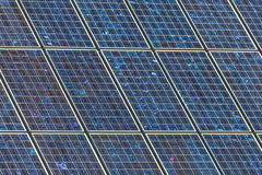 Détail d'un grand mur des panneaux solaires images libres de droits