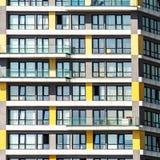 Détail d'un gratte-ciel laid monotone dans un secteur suburbain photographie stock