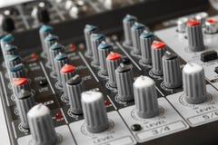 Détail d'un mélangeur de musique dans le studio Image libre de droits
