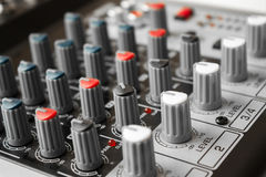 Détail d'un mélangeur de musique dans le studio Photo stock
