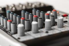 Détail d'un mélangeur de musique dans le studio Photographie stock libre de droits