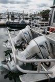 Détail d'un moteur extérieur sur un bateau de pêche dans un port de la Nouvelle Angleterre image libre de droits