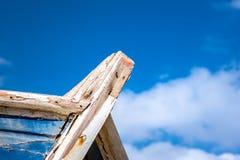 Détail d'un naufrage en bois avec le fond nuageux de ciel bleu image stock