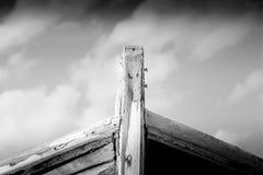 Détail d'un naufrage en bois avec le fond nuageux de ciel bleu photo libre de droits