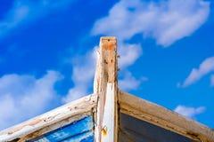 Détail d'un naufrage en bois avec le fond nuageux de ciel bleu photographie stock