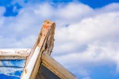 Détail d'un naufrage en bois avec le fond nuageux de ciel bleu images stock