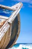 Détail d'un naufrage en bois avec le fond tropical de mer de turquoise images stock