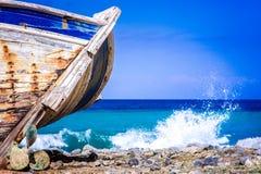 Détail d'un naufrage en bois avec le fond tropical de mer de turquoise photo libre de droits