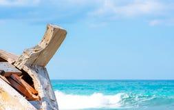 Détail d'un naufrage en bois avec le fond tropical de mer de turquoise photos stock