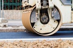 Détail d'un rouleau compresseur travaillant à une ruelle d'asphalte photos libres de droits