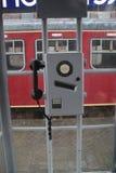 Détail d'un téléphone dans la cabine téléphonique des chemins de fer néerlandais sur la station Utrecht Maliebaan Photo libre de droits